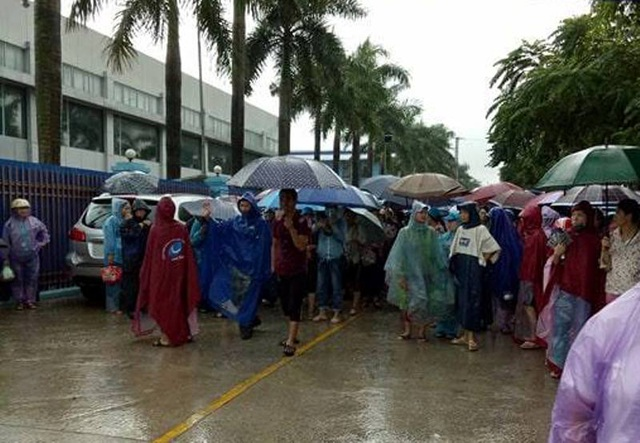 Sáng ngày 3/10, công nhân Công ty TNHH giày Venus Việt Nam vẫn tiếp tục đình công