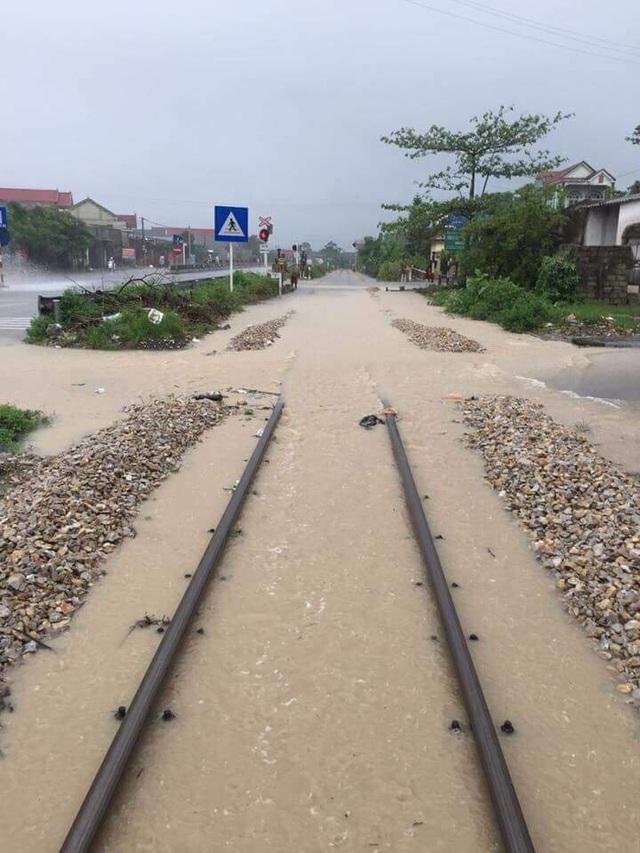 Đoạn đường sắt gian ga Hoàng Mai (Nghệ An) - Trường Lâm (Thanh Hóa) bị ách tắc hơn 2h vào trưa 4/10 do mưa lớn gây ngập lụt.