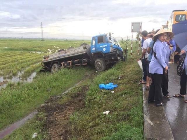 Chiếc xe bồn nằm gọn dưới ruộng lúa.