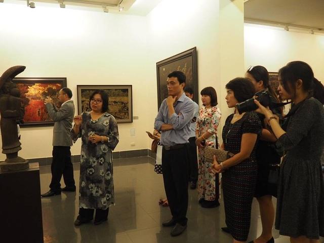 Du khách nghe thuyết minh tại Bảo tàng Mỹ thuật Việt Nam trong lễ khai trương sáng 10/10. Ảnh: Trâm Nguyễn.