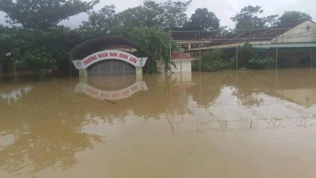 Đúng 1 ngày sau, ngôi trường này nước ngập gần 2m, buộc các em phải ở nhà.