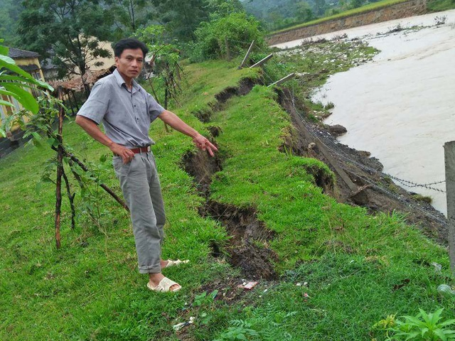 Bờ rào của Trường Tiểu học Châu Hoàn đã bị lũ cuốn xuống suối.