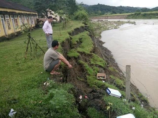 Bờ suối sạt lở sau cơn mưa lớn khiến cho ngôi Trường Tiểu học Châu Hoàn có nguy cơ trôi xuống sông trong thời gian t.