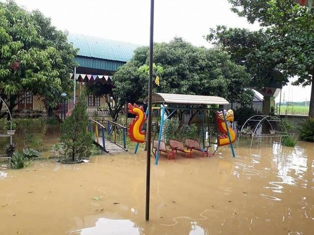 Sân trường nước lũ bao vây.