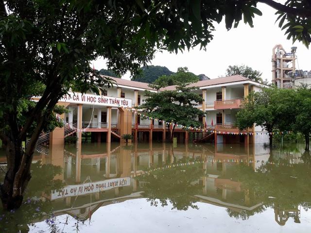 Trường THCS Hội Sơn bị ngập nước hơn 1m, có chỗ lên 2m...