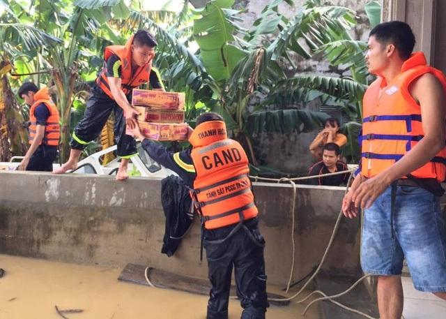 """Nhiều vùng vẫn ngập sâu, cảnh sát cứu hỏa giúp dân chống """"giặc nước"""" - 8"""