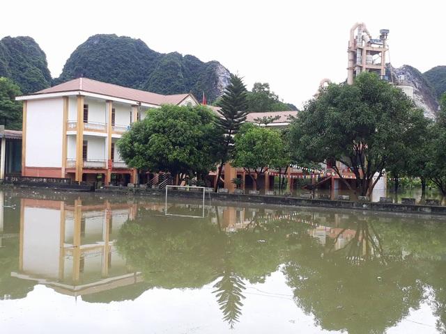 Nghệ An: Nhiều trường học ngập lụt, học sinh phải nghỉ học - 4