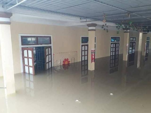 Nước dâng lên hơn 1m gây ngập trong trường.