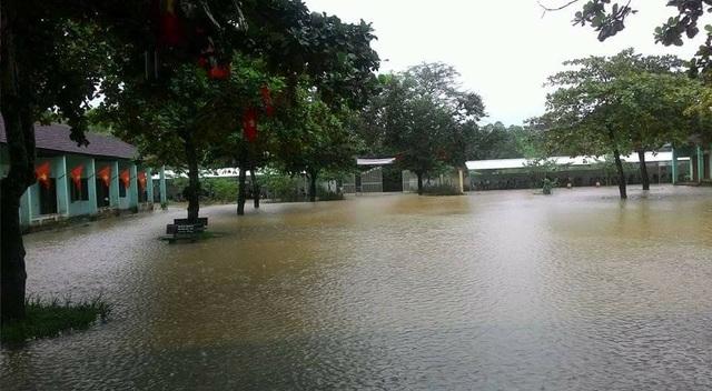 Sân trường THCS Bình Sơn nước lũ bao vây.
