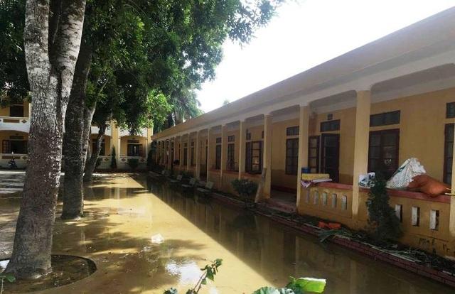 Nhiều trường học nước lụt vẫn chưa rút hết (Ảnh: Trần Văn Cường)