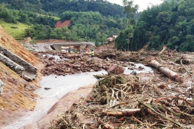 Giao thông tại xã Yên Khương, huyện Lang Chánh vẫn bị chia cắt khiến học sinh trường Tiểu học 1 chưa thể đến trường