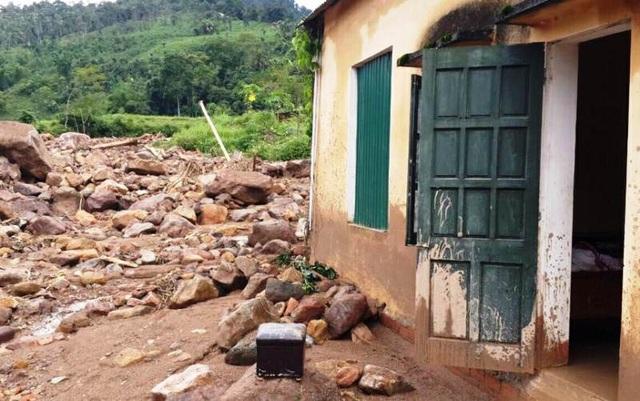 Trường Tiểu học Yên Khương 1 bị đất, đá theo nước lũ dồn vào trường gây hư hỏng nhiều công trình