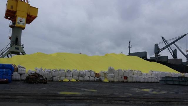 Hơn 3 vạn tấn lưu huỳnh dạng hạt lộ thiên tại cảng Hoàng Diệu