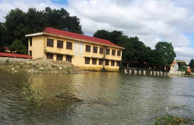 Nhiều trường học, nước lũ xung quanh vẫn còn ngập (Ảnh: Trần Văn Cường)
