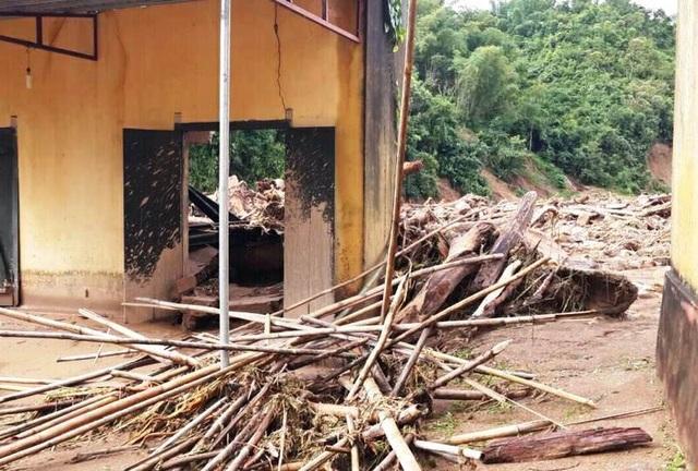 Nhiều trường học trên địa bàn huyện Lang Chánh bị sạt lở đất, đá vào trường