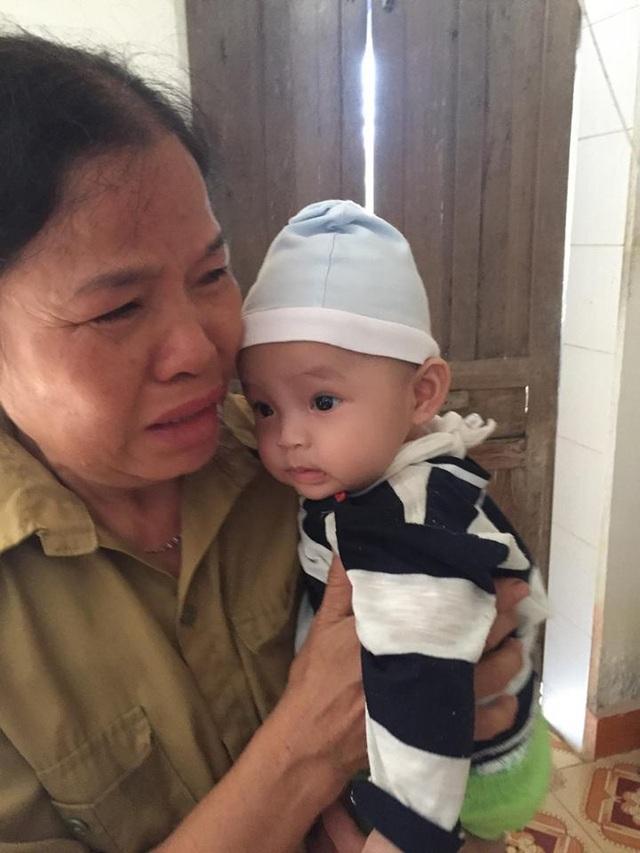 Xót cháu, bà nội khóc hết nước mắt mong muốn mẹ của Quỳnh Anh trở về để nuôi con.