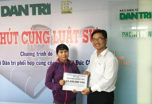 Nhà báo Ngô Công Quang – Phó trưởng văn phòng đại diện báo Dân trí tại TPHCM, trao quà tặng bạn đọc đến gia đình chị H Đuy