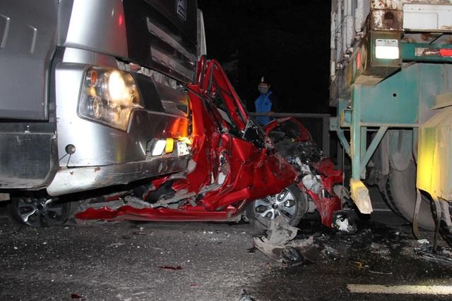 Chiếc xe con bị ép giữa 2 xe container nát bét, rúm ró (ảnh CTV)