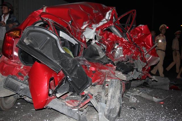 Sau cú dồn toa, xe ô tô con nát bét, biến dạng hoàn toàn, rúm ró như một mớ sắt vụn (ảnh CTV)