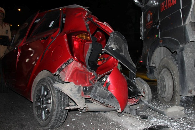 Nhìn chiếc xe, không ai dám tin người phụ nữ đã thoát chết (ảnh CTV)