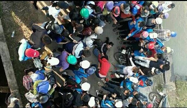 Nữ sinh đánh nhau còn bạn bè đứng xung quanh hò reo (ảnh TB)