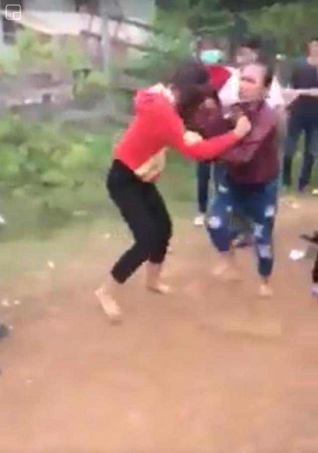 Hai nữ sinh lao vào đánh nhau (ảnh cắt từ clip)