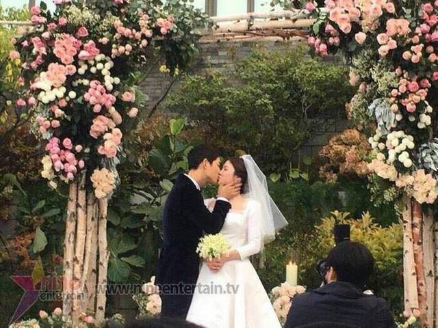Nụ hôn ngọt ngào chú rể dành cho cô dâu tại đám cưới.