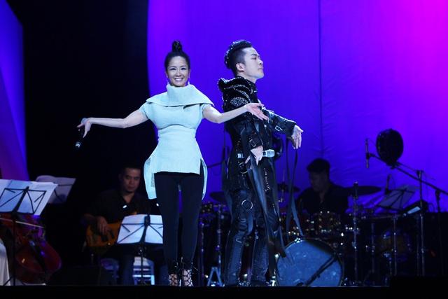 Diva Hồng Nhung nằm ngửa hát, Tùng Dương bật khóc trên sân khấu - 9