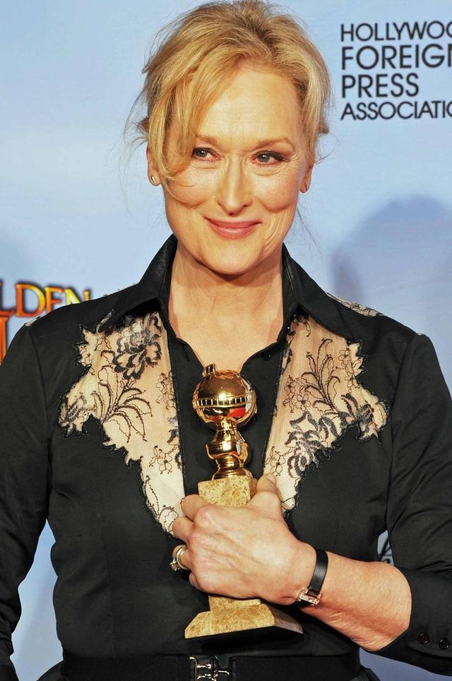 Nữ diễn viên Meryl Streep nhận giải Quả Cầu Vàng 2012 dành cho Nữ chính xuất sắc nhất trong phim chính kịch The Iron Lady (Người đàn bà thép).