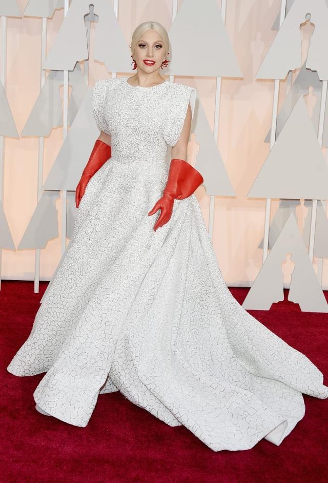"""Một sự xuất hiện dịu dàng, trang nhã hiếm thấy tại lễ trao giải Oscar 2015. Phụ kiện là đôi găng tay đỏ tạo nên điểm nhấn lập dị… """"nhẹ nhàng""""."""