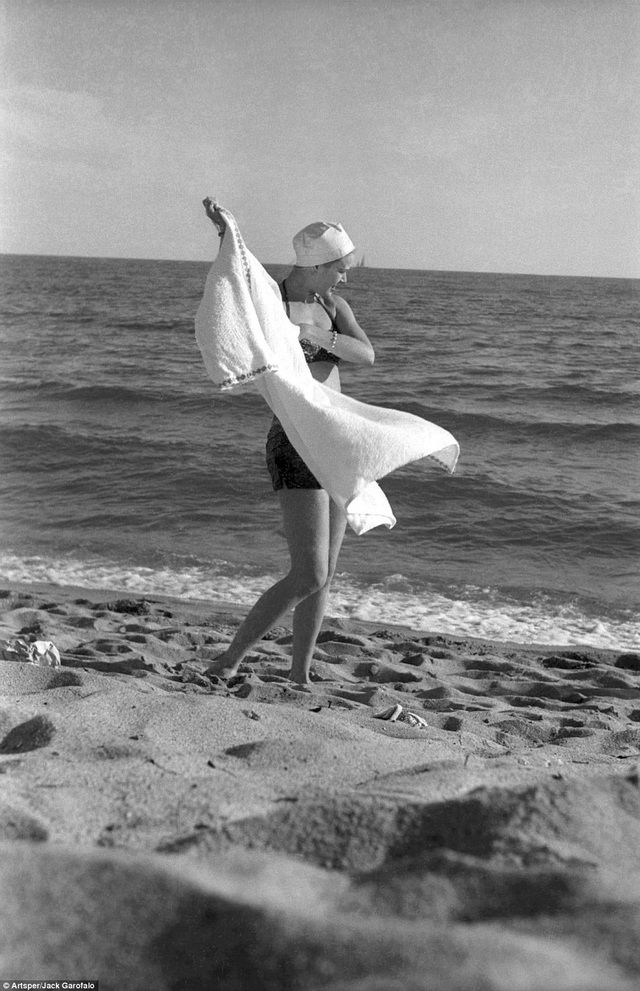 Nữ diễn viên người Mỹ Grace Kelly trên bờ biển của Cannes hồi năm 1955. Một năm sau, cô sẽ trở thành Bà hoàng Monaco.