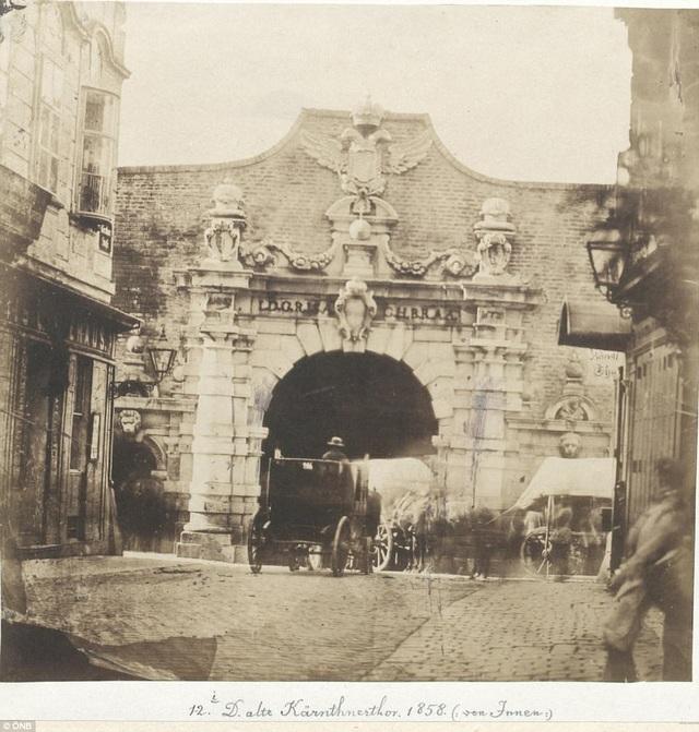 Bức ảnh chụp Thư viện Quốc gia Áo tại Vienna năm 1858.