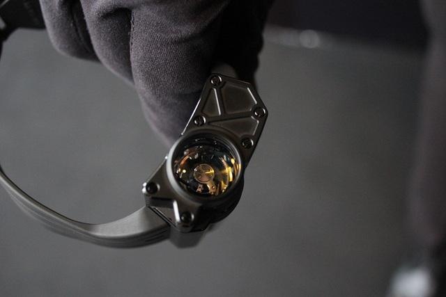 Chiếc đồng hồ được thiết kế với động cơ chuyển động rất tinh xảo bao gồm 487 phần với tần số hoạt động là 3Hz (21.600bph). Chiếc đồng hồ được thiết kế với động cơ chuyển động rất tinh xảo bao gồm 487 phần với tần số hoạt động là 3Hz (21.600bph). Phần vỏ bên ngoài được làm bằng lớp titanium tráng phủ,và có khả năng chống nước là 30m.