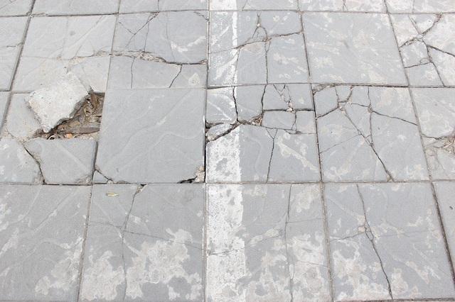 """Hà Nội: Đá lát """"bền vững 70 năm"""" vỡ nát sau hơn 1 năm sử dụng - 7"""