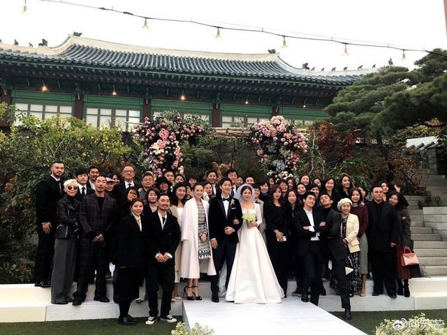 Khách mời chụp ảnh kỷ niệm với cô dâu và chú rể sau hôn lễ thế kỷ.
