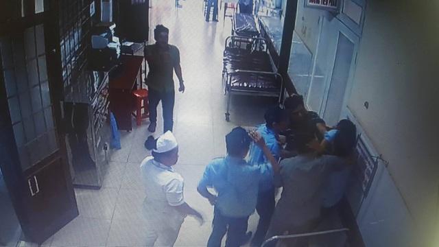 Người  nhà xông vào đánh bảo vệ bệnh viện (ảnh cắt từ clip)