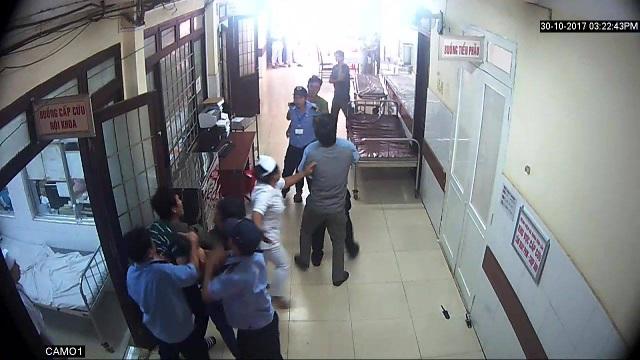 Khung cảnh hỗn loạn trong bệnh viện vì xô xát (ảnh cắt từ clip)