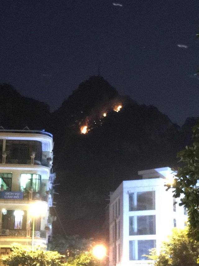 Đến 20h00 đám cháy vẫn chưa được khống chế do núi cao, hiểm trở (ảnh CTV)