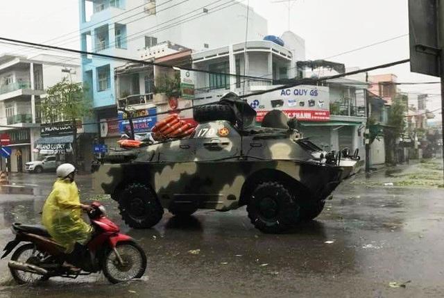 Xe thiết giáp của quân đội đi giúp dân khắc phục hậu quả bão số 12 ở TP Nha Trang