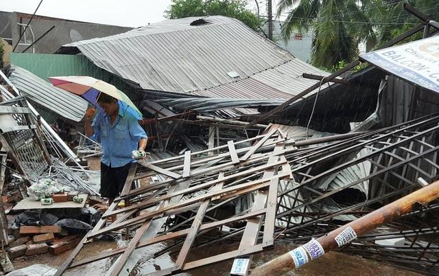 Nhà dân ở vùng ven TP Nha Trang (Khánh Hòa) tan tành sau bão số 12 - Ảnh: - Việt Tùng