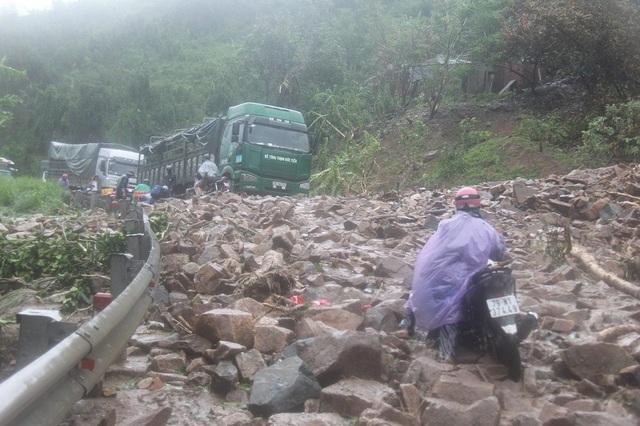 Đắk Lắk: Quốc lộ ngập sâu, hàng trăm ô tô chôn chân trên đỉnh đèo - 3