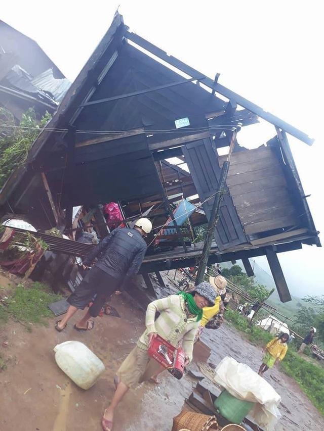 Hằng trăm ngôi nhà bị gió cuốn bay