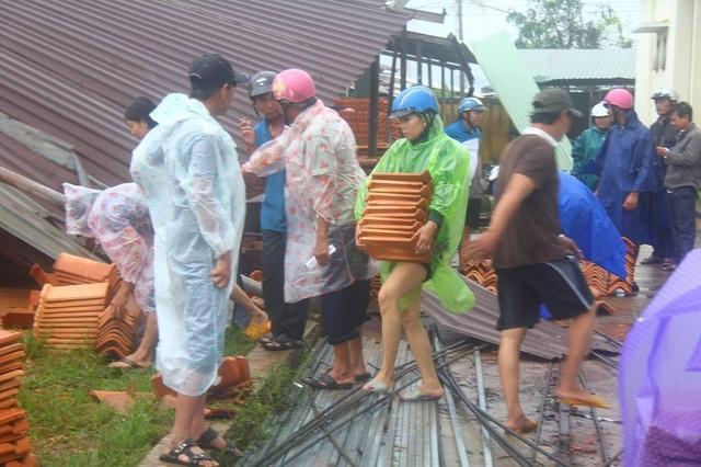 Lực lượng chức năng dọn dẹp hiện trường sau bão số 12 tại thị xã Ninh Hòa (Khánh Hòa) - Ảnh: Dương Phong