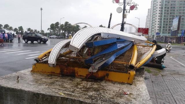 Đường phố ngổn ngang, nhà mất mái khi bão số 12 đổ bộ - 15