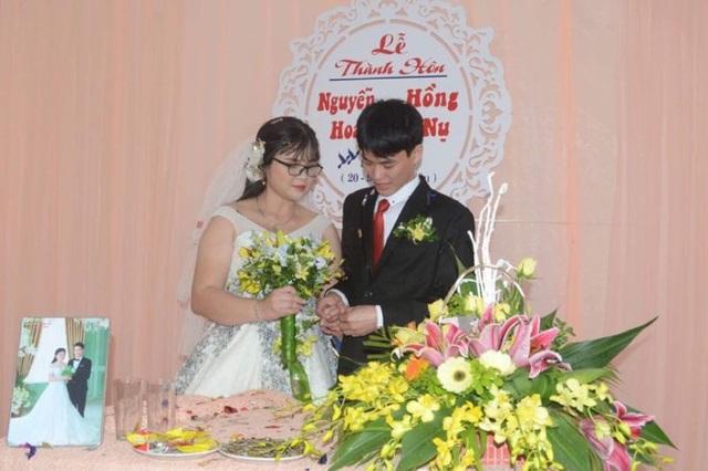 Chú rể trao nhẫn cưới cho cô dâu