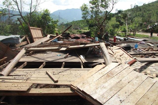 Căn nhà bị đổ sập sau cơn mưa bão