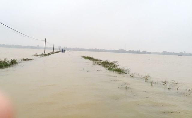 Đường về phường Hương Xuân, Thị xã Hương Trà vẫn còn mênh mông nước (ảnh: Nhã Phương)