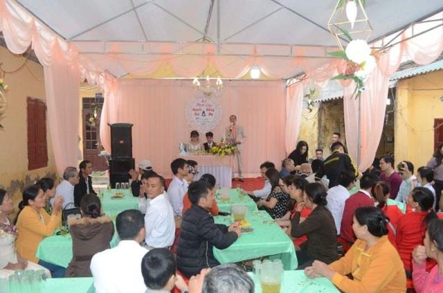 Nhiều người đến tham dự, chúc phúc cho đôi bạn trẻ
