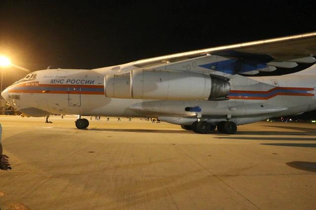 Máy bay Nga chở 40 tấn hàng cứu trợ bão Damrey hạ cánh xuống Cam Ranh - 2