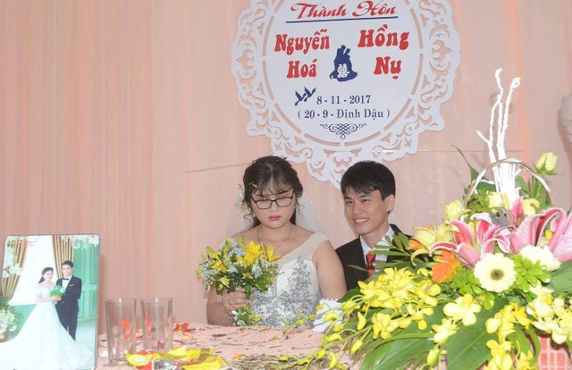 Chú rể và cô dâu hạnh phúc bên nhau trong ngày vui trăm năm